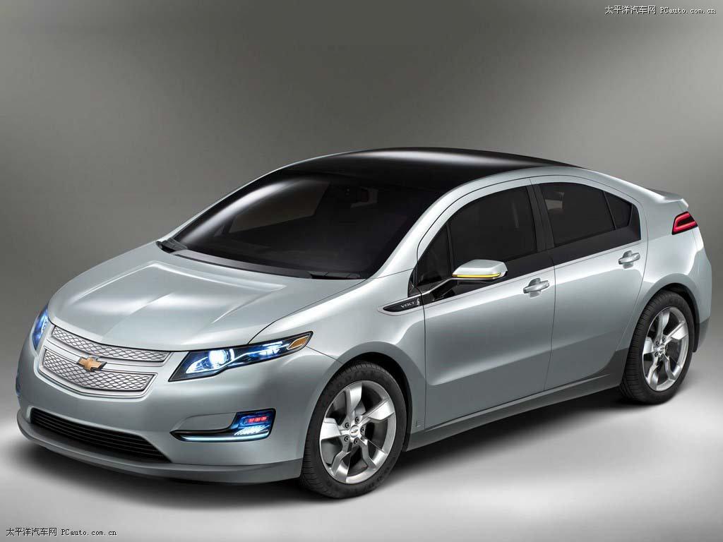 8月31日,通用汽车量产版雪佛兰Volt沃蓝达登陆中国,并将在2011年中国上市。这对电动车业可以说是两个首先,沃蓝达是全球首款增程型电动车,而中国是美国本土之外首个引进沃蓝达的市场,这对于中国意义重大,我们看到了电动车离我们更近了一步。 《节能与新能源汽车产业发展规划(2011-2020年)》草案内容显示,中国未来的新能源汽车发展规划将以纯电动车为主攻方向。不过,现实是当前新能源汽车尤其是纯电动汽车的销售现状依然不太乐观,配套设置不足、售价过高是纯电动车发展的最大阻碍。 沃蓝达减少电动车里程短顾虑 纯电