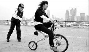 青岛老人发明无链条自行车