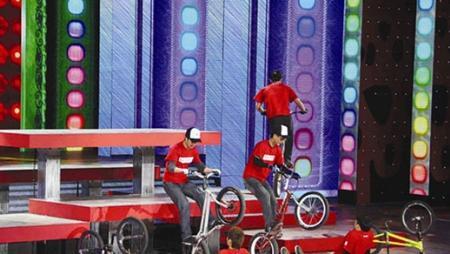 武汉小伙携攀爬自行车跃进央视元宵晚会