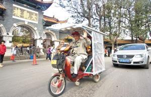 74岁老人骑太阳能电动三轮环滇