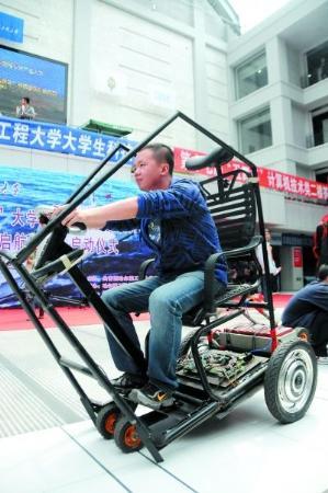 大学生发明自平衡两轮电动车