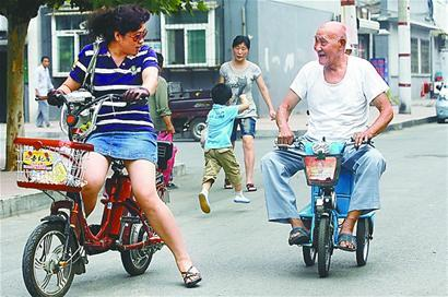 老人自造电动三轮车