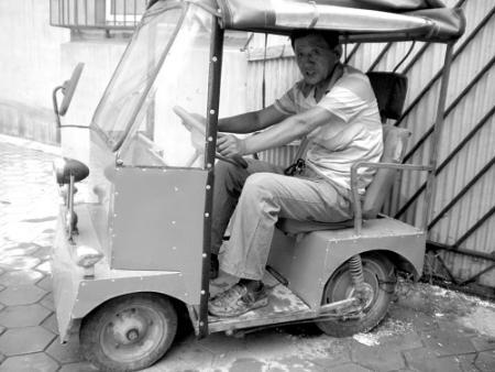 老人自制微型电动车