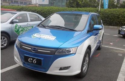 市委书身体力行 推广比亚迪e6纯电动汽车高清图片