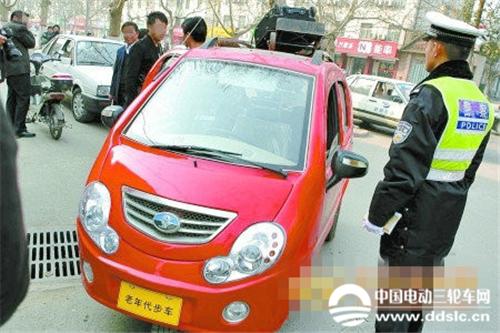 """泸州交警提示:""""老年代步电动车""""安全隐患不可忽视"""