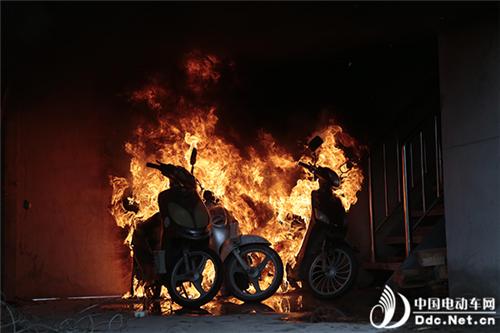 电动车充电起火多可怕?90秒现场200℃吸入就能灼伤