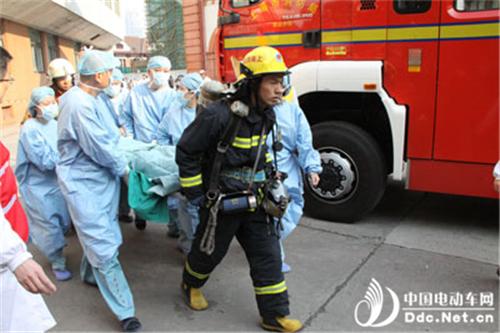 上海市消防部门进行模拟电瓶车充电引发火灾实验