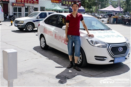 新疆库尔勒首辆纯电动汽车挂牌上路