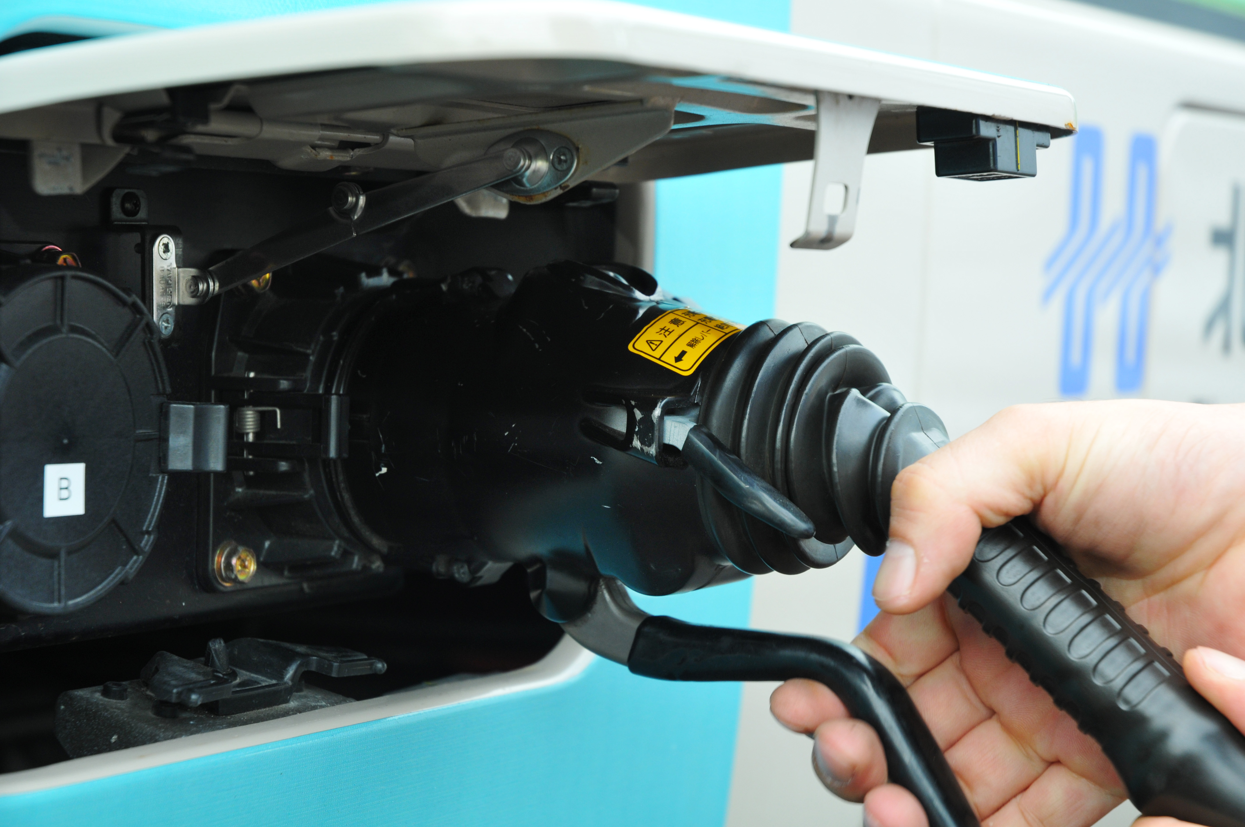 记者从工信部获悉,电动汽车充电接口标准已通过审查。《电动汽车充电设施发展规划》、《电动汽车充电基础设施指南》和《充电基础设施建设指导意见》等系列政策,也有望近期出台。 业内人士认为,今后新能源汽车用户再也不用为充电兼容问题所烦恼,新能源汽车的销量或将因此提振,利好全产业链。 充电兼容问题不再是烦恼 这份《电动汽车传导充电用连接装置》有三项系列国家标准,近日已通过全国汽车标准化技术委员会专家审查,这标志着我国充电接口标准修订工作取得重要进展。 此前,我国电动车执行的国家标准仅针对了插座、接口等比较初级的方面