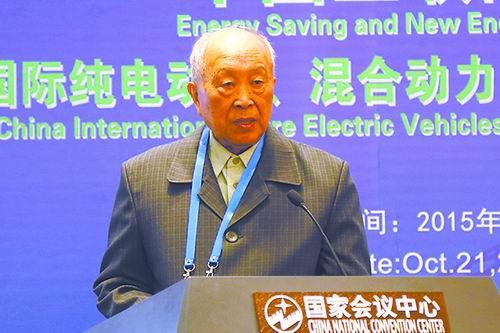 """杨裕生:""""量电池之力而行""""发展电动汽车"""