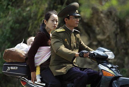 平壤街头开始流行中国制造电动自行车