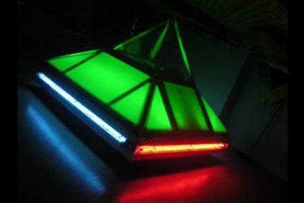 金字塔电动车,它采用80个电池组成的电池组作为动力