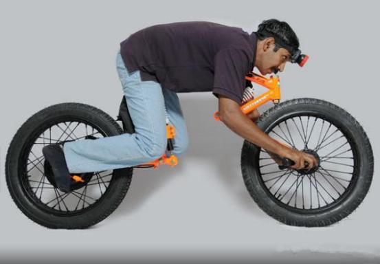 前面各种各样稀奇古怪的电动自行车,这辆也是如此,看图此自行车似乎缺了什么?没错,把手不见了,去哪里了? 这辆电动自行车把手在前轮胎中轴,就是与中轴完全一体,包括刹车。另外其还有一个前大灯,但没有安装在车身前面,而是另外作为一个配件,使用时,需戴在头上。如此奇怪累人的操控方式,你们觉得呢,反正我是觉得心好累。 折叠最快的电动小车