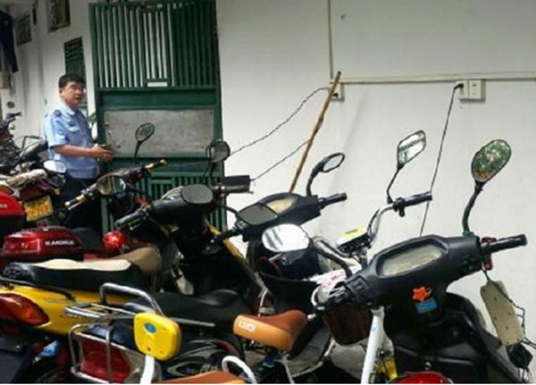"""电动自行车""""飞线""""充电成常态 安全隐患需重视"""