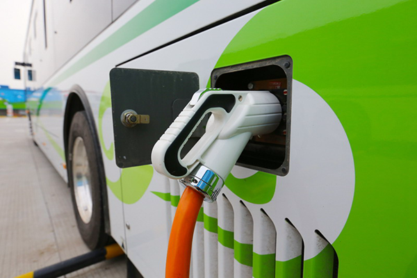 从游击队升级为正规军,大概是所有新能源造车企业的梦想。 自2015年7月《新建纯电动乘用车生产企业投资项目和生产准入管理规定》(下文简称《规定》)正式实施之后,北汽新能源、长江汽车、前途汽车以及奇瑞先后拿走了4张新能源汽车生产牌照,摇身一变成为新能源造车的正规军。 当然,奇瑞决不是最后一家。各路资本、企业仍对进军电动车领域跃跃欲试,除了传统汽车企业长安、吉利等,还包括万向、NEVS、车和家等汽车零部件企业及互联网造车企业,这些游击队们的准备情况如何?有多大希望成为下一个获得资质的幸运儿?