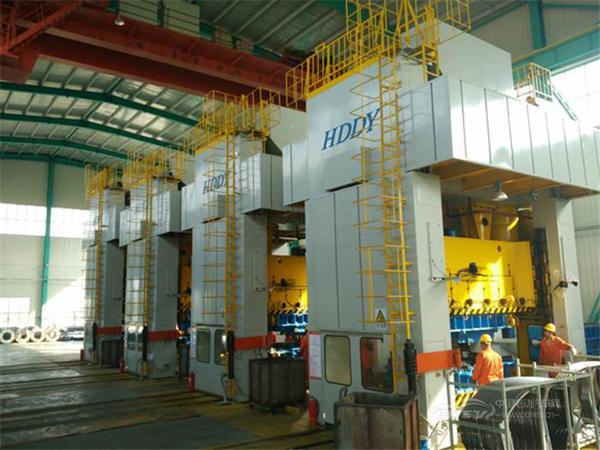 德瑞博汽车采用高精度机械冲压机群,确保高进度、高效率生产