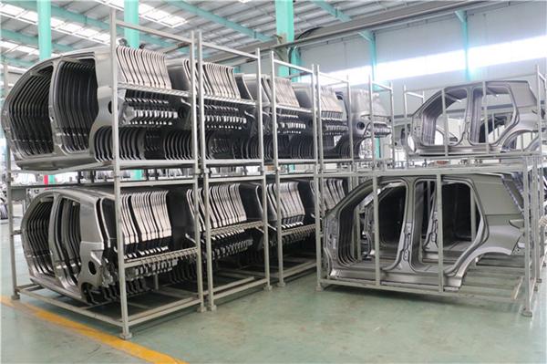 经过检验合格的冲压件被码放到专用的货架上存放