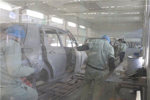 人工完成对白车身进行擦拭、涂胶、密封等工序