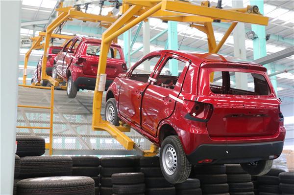 悬架、动力系统等高工位作业完成后,车身将通过连廊自动转入低工位