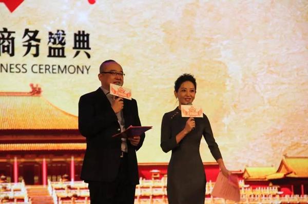 中央电视台著名主持人朱轶(左)、谢颖颖(右)