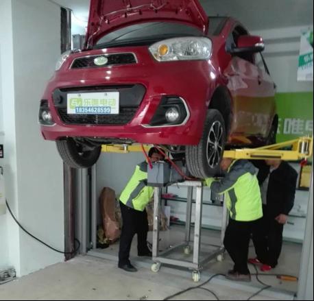 乐唯工作人员正在帮消费者进行车辆维修