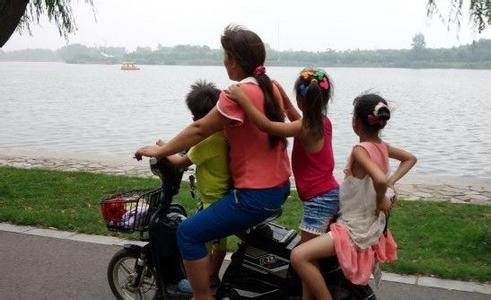 这样骑电动车会害了你的孩子!