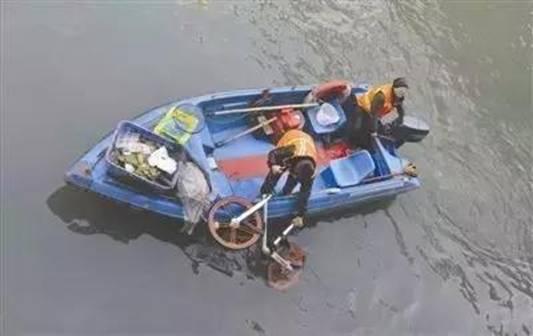 共享单车被扔进河里