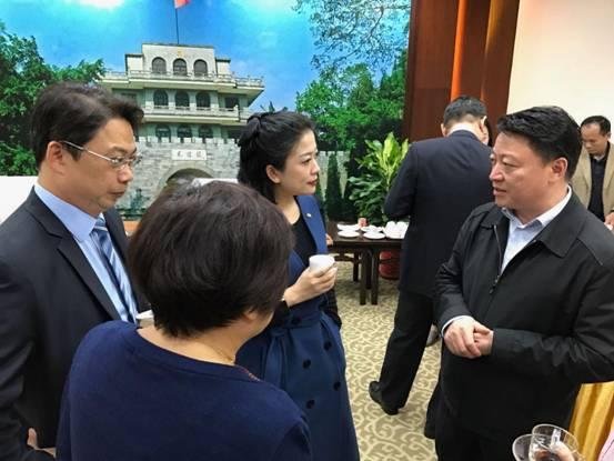 会议茶歇期间凭祥市委书记邱明宏与杨睿忻总裁亲切交谈