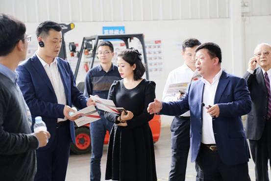华泰总经理姜吉健为杨睿忻总裁一行介绍华泰物流体系