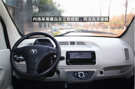 三色搭配_内饰方面,采用黑白灰三色搭配,简洁而不张扬,营造出舒适温馨的车内