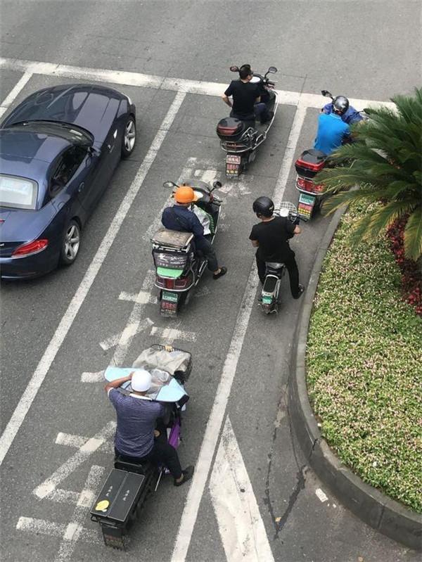 深圳不戴头盔骑电动车罚200元