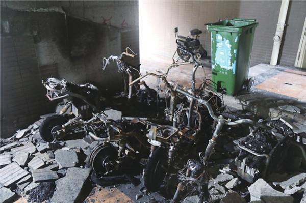 电动车疑似自燃 4辆车被烧毁