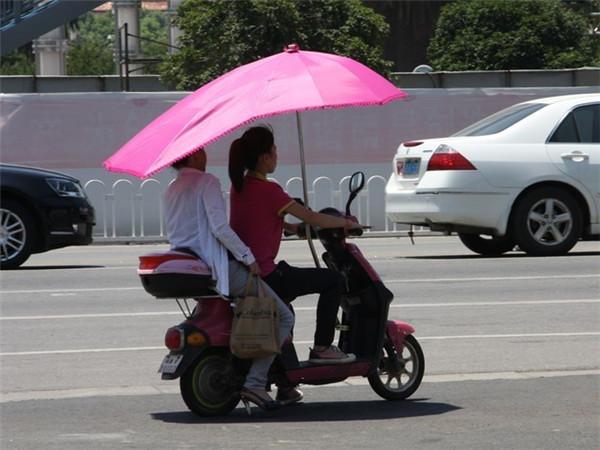 存在严重安全风险 电动车遮阳伞卷土重来