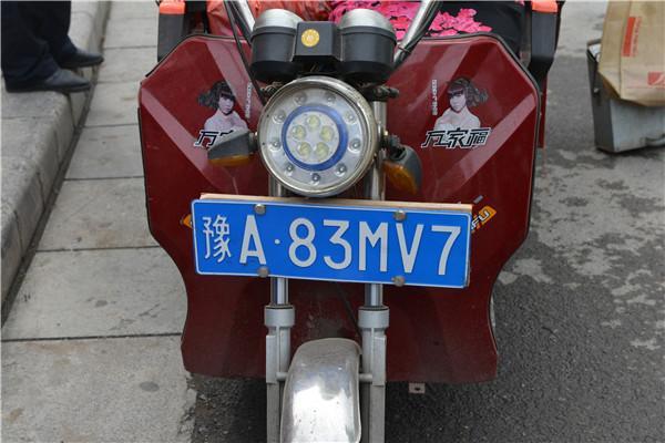 是来搞笑的吗?女子骑电动三轮为躲处罚,装轿车车牌
