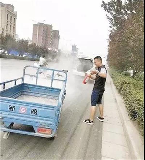 新鸽三轮车行驶中自燃,轿车司机变身消防员紧急灭火!