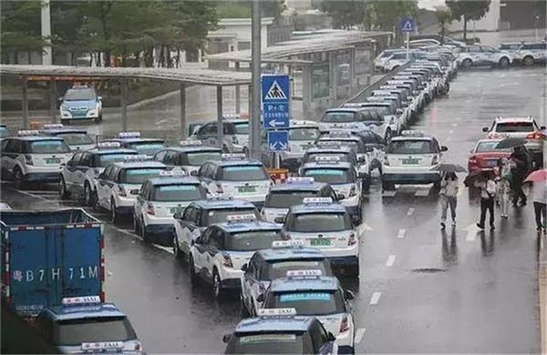 台风当天,深圳竟发生了这事,公共电动车的最大弊端表露无遗