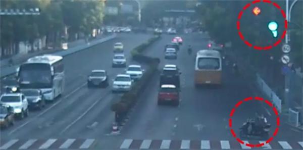 电动车闯红灯被撞飞 ,交警:全责!医药费自付!