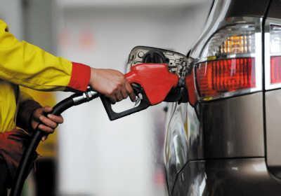 油价涨疯了!选择电动汽车一年可以省下1万多油费!