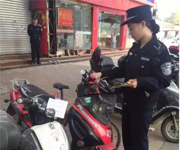 交警发话:电动自行车乱停也开始贴条了!