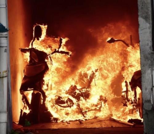 河南某小区电动车充电引发火灾 车主被拘10天!