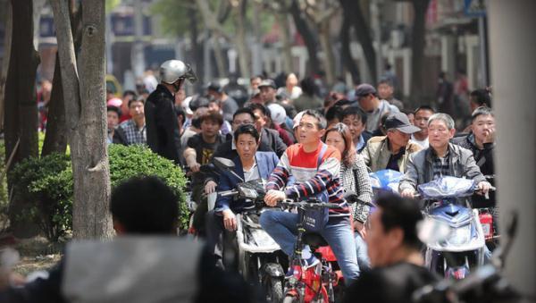 电动自行车新规15日起实施,车主排长队上牌,受理窗口周末无休应对