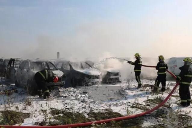杭州露天停车场内8辆电动汽车被烧