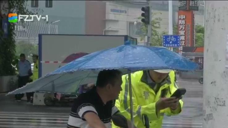 """交通违法曝光台:雨天街头""""险象""""频现: 电动自行车违法加装遮阳伞"""