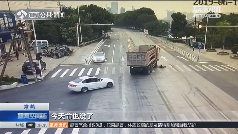 """惊呆了!大货车""""吃""""电动车,骑车人的一个好习惯捡回一条命"""