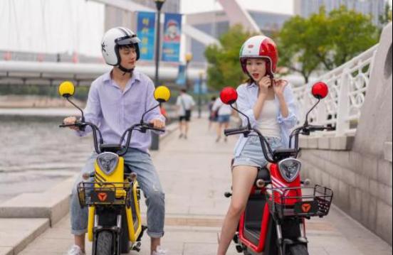 有人说,最浪漫的事就是每天骑雅迪电动车送心爱的人上班……