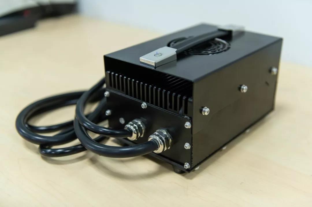 雅迪石墨烯电池实测:1小时充电80,质保24个月有底气