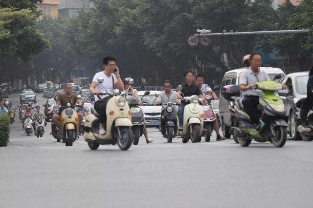 摩托不能骑,电动车被限制,老百姓出行成难题!专家一句话惹众怒