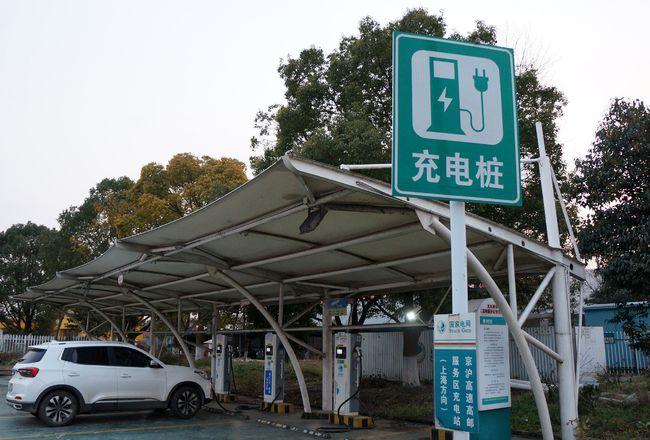 """加速破解""""充電難"""",江蘇前5個月新建新能源汽車充電設施超2.7萬根"""