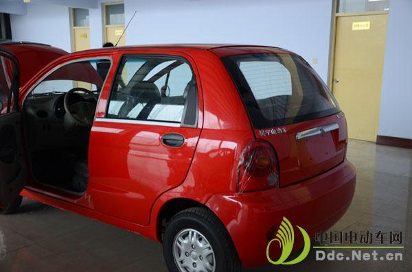 这款电动汽车可以承载四人,后部设计简单大方,外观上看与汽油车无太大
