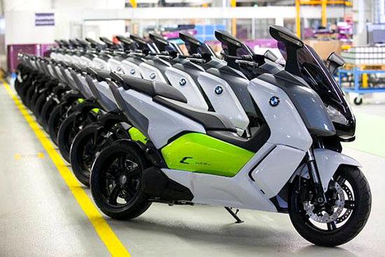面对着来自日本的燃料电池风潮和在中国四五级县城随处可见的低速电动车,宝马顿时倍感压力。论先进技术,日本企业已然大大提前了量产计划,论占领市场,宝马全球最大的市场之一—中国对成本和售价的要求确也十分苛刻。如此言,尝试生产一款符合市场需求且质量过硬的电动摩托车也不失为一种坏的选择。
